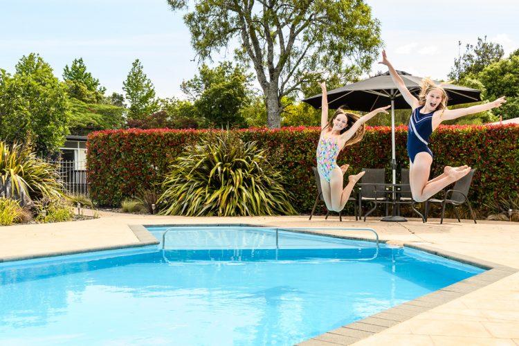 kids-and-pool_DSC8093
